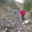 Místy vede korytem potoka.