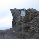 Vrcholová značka je pár metrů pod skutečným vrcholem, možná proto je na mapě (mapy.cz) vrchol ozdobený kótou pouhých 1608 m.