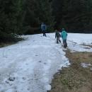 Cesta se vlní nahoru a dolů, sněhová pole neubývají