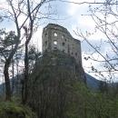Tak jsme šli aspoň najít kešku, která nám ukázala hrad zase z jiné strany.