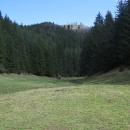 Z doliny je vidět náš cíl - Liptovský hrad. Leží ve výšce necelých 1000 metrů.
