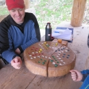 Výborný nápad! Hraje se barevnými kamínky.