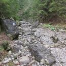 Ale pak skončila voda a šlo se korytem potoka. Na jednom místě se stavěly mužici