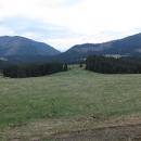 Pohled k ústí Prosiecké doliny, vlevo hora Prosečné, vpravo Lomné