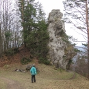 Nenápadná skalka ukrývá malou jeskyni
