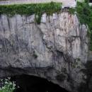 Přímo pod Ogulinským hradem je mohutné propadání říčky do jeskyně