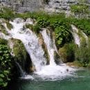 Voda se dere kaskádami mezi jezery