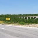 Viadukt Jadranské železnice ze Splitu (po ní jezdí Češi vlakem k moři)