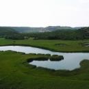 Krasová jezírka u Kninu, v dáli kninská turecká pevnost