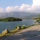 Podél Peručko jezera s pozadím pohraničních hor s Bosnou