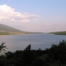 Úzké Peručko jezero se táhne do dáli