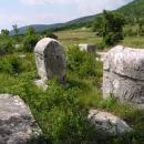 Náhle se u silnice objevily tyto kameny - náhrobky členů bosenské církve