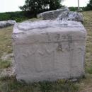 Na náhrobcích jsou různé motivy ze života kdysi dávno ve středověku