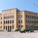 Na Španělském náměstí v Mostaru, stopy kulek asi nejsou na fotce moc vidět
