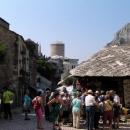 Uličky starého města Mostaru jsou plné krámků