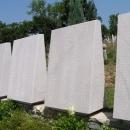 Každá deska je plná jmen mrtvých z nedávné války