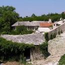 Bývalé královské domečky u mlýnků kousek od vývěru Buny