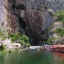 Vrelo Buny - z obrovské skály tu vyvěrá mohutný proud vody
