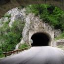 Cesta tunely v kaňonu podél dlouhé Pivské přehrady