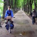 Společně vyrážíme k vývěru Bosny (někteří si zkusili řídit obtěžkané kolo)