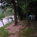 Nocleh u Vrbasu - po bouřce přišla v noci povodeň a voda sahala až k pařízku mezi stromy