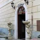 Vchod do lázeňského domu