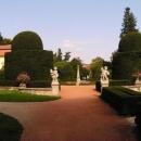 Všude je spousta turistů, svatby a tak, proto jdeme jenom na prohlídku zahrady