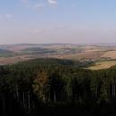 Výhled na Litenčickou pahorkatinu z hradu Střílky