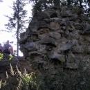 Pod torzem věže si čteme o historii hradu, který původně býval klášterem
