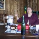 Svérázná vypravěčka nepříliš dlouhé historie mlýnu. Sevírovalo se vínečko a chléb se sádlem.