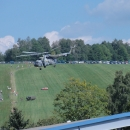 Nad hlavami předvádí svoje umění obří vojenský vrtulník