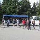 Na Šerlich přijíždí autobus solidně zaplněný. Většina lidí ale využívá lehkou dopravu na hřeben hor. My se vydáváme z hor naopak dolů.