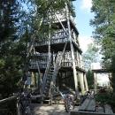 Ta pramení na rašeliništi nazvaném Torfowisko pod Zielencem, už v Polsku. Celé území lze shlédnout z vyhlídkové věže.