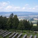 Od kostelíka je fantastický výhled do Polska i do Čech - však je taky odevšad vidět