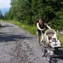 Konečně na asfaltu, je nám hej. Háňa prý tlačí kočárky ráda.