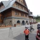 Malý cyklista u znovuotevřené Kramářovy chaty na Suchém vrchu