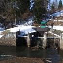 Z přehrady mizí štola odvádějící vodu do hydroelektrárny za kopcem