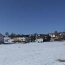 Bytovkami pokažené panorama Soběňova, vesnice po níž se jmenuje Soběňovská vrchovina alias Slepičí hory