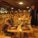 Trasa prohlídky vedla fikaně přes restauraci a to se ví, že nám vyhládlo. I tady obědváváme pod zemí obklopeni solí. I hranolky byly slané :-)