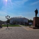 Architektura náměstí každého města je dle vzoru Moskvy. Prostě Lenin a naproti obchodní dům jsou dva ústřední motivy.