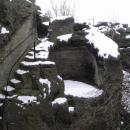 Ve skalách jsou četné zbytky vytesaných místností po skalním hrádku