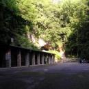 Vstupní budovy Javoříčské jeskyně v ranním slunci (nebo stínu?)