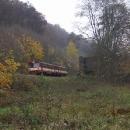 A vlak proslulé trati právě projíždí