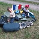 Děti si hrají, že plují francouzskou lodí