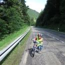Chlapík nám doporučil nejsnazší cestu k prameni Dunaje. Pokračujeme po silnici, děti pěkně šlapou...