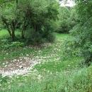 Prázdné koryto, voda zde prý teče jen za jarního tání