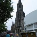 Před námi, resp. nad námi se vypíná katedrála s věží. Tyčí se do výšky 161 metrů a je nejvyšší kostelní věží na světě.