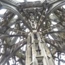 Horní část věže je značně vzdušná (nutné, aby se věž nezřítila pod vlastní vahou)