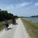 Řeka už je pěkně široká, stezka se jí drží, ale ne vždy je to asfalt.