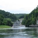 Soutěsku mezi klášterem Weltenburg a městem Kelheim absolvujeme lodí